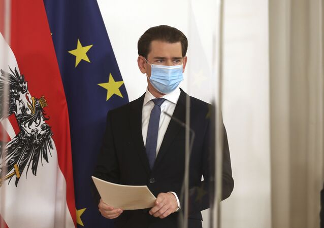 Em Viena, o chanceler da Áustria, Sebastian Kurz, discursa de máscara em meio à pandemia da COVID-19, em 14 de novembro de 2020