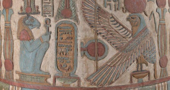 Detalhe de um friso do Templo de Esna