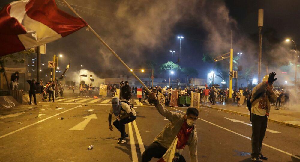 Manifestantes protestam nas ruas de Lima, no Peru