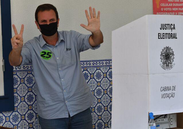 Candidato à prefeitura do Rio de Janeiro, Eduardo Paes, vota no primeiro turno das eleições, em 15 de novembro