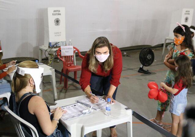 Em Recife, a candidata Marília Arraes (PT), vota de máscara em meio à pandemia da COVID-19, durante as eleições municipais de 2020, em 15 de novembro de 2020