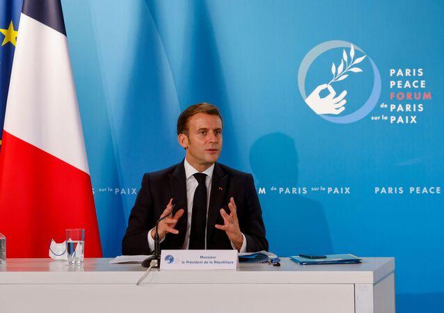 Emmanuel Macron, presidente francês, gesticula durante discurso no Fórum da Paz de Paris, no Palácio do Eliseu, em Paris, França, 12 de novembro de 2020