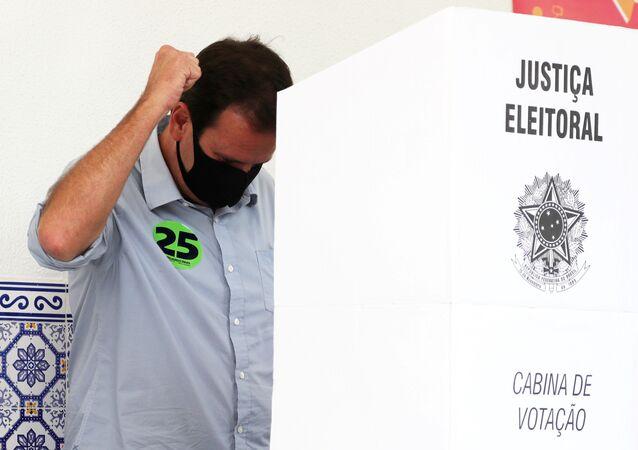 Candidato a prefeito do Rio de Janeiro, Eduardo Paes gesticula após votar em colégio eleitoral, 15 de novembro de 2020