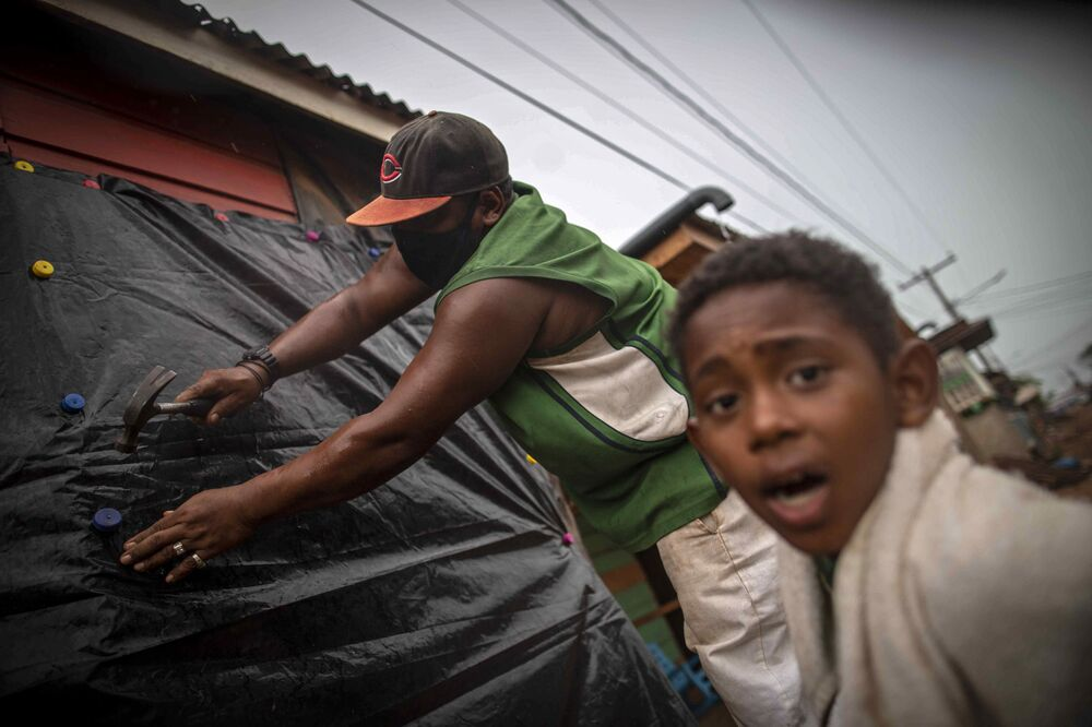 Homem protege janelas de casa antes da chegada do furacão Iota em Bilwi, Puerto Cabezas, Nicarágua, 15 de novembro 2020.