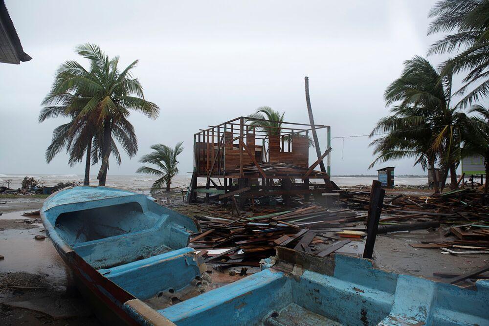 Barcos destruídos pelo furacão Iota em Bilwi, Nicarágua.