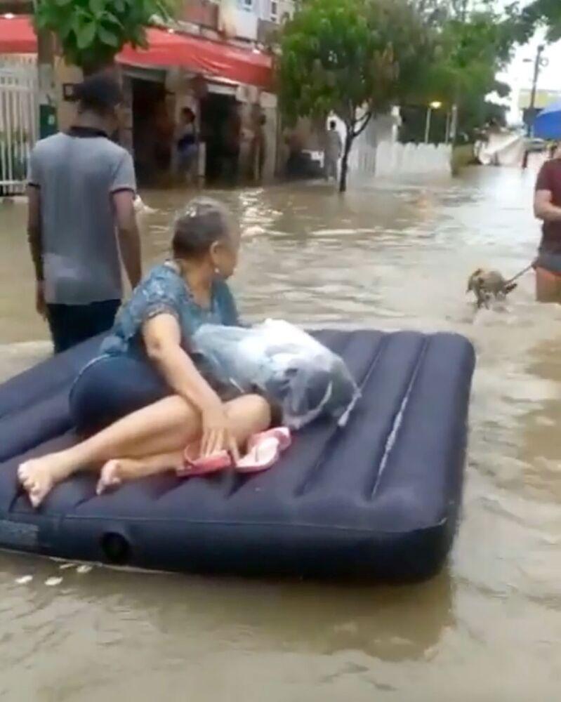 Mulher é evacuada em colchão de ar em meio à inundação, evocada pelo furacão Iota em Cartagena, Colômbia.
