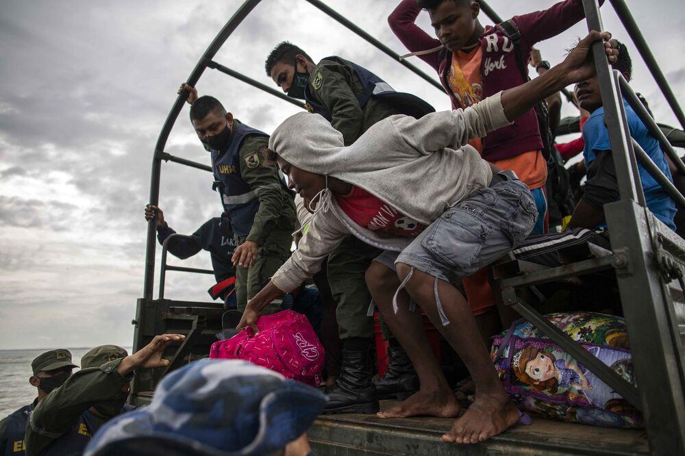 Forças militares navais ajudam a evacuar pessoas na Nicarágua.