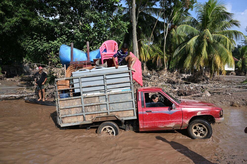 Trabalhadores em campos de banana são evacuados antes da chegada do furacão Iota em Honduras.