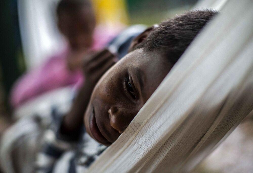 Criança evacuada descansa em rede de abrigo em Bilwi, Nicarágua.