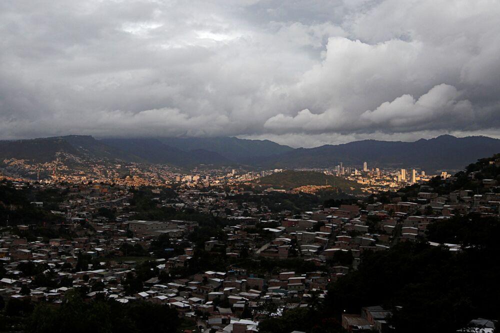 Nuvens de tempestade são vistas antes da chegada do furacão Iota em Tegucigalpa, capital de Honduras.