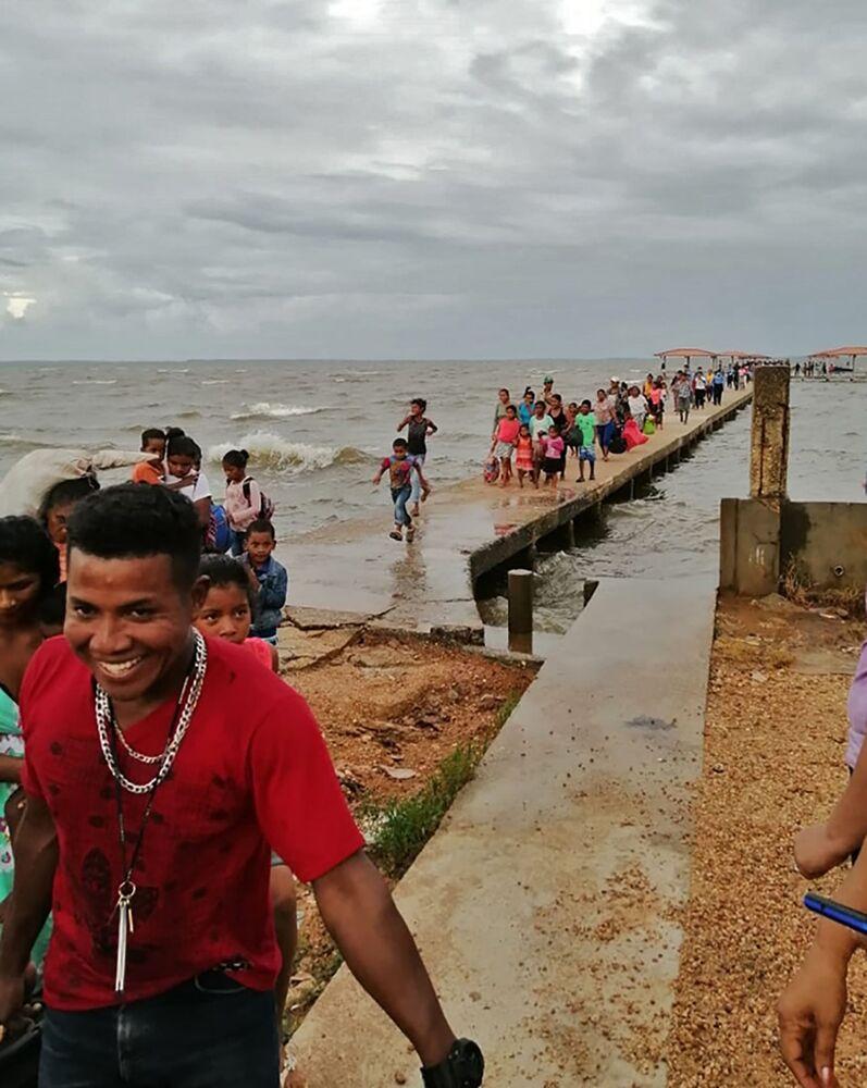 Pessoas são evacuadas por causa da aproximação do furacão Iota em Puerto Lempira, Honduras.