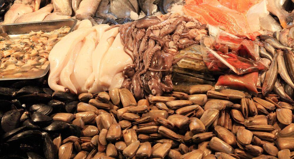 Frutos do mar expostos em bancada de mercado (imagem referencial)