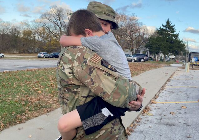 Militar norte-americano volta para casa após missão de quatro meses no Afeganistão, Versailles, Missouri, EUA, 9 de novembro de 2020