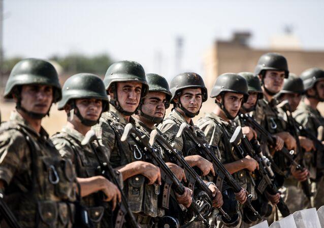 Soldados turcos no posto fronteiriço de Sanliurfa