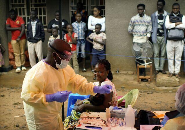 Enfermeiro vacina bebê contra o vírus ebola em Beni, na República Democrática do Congo, no dia 13 de julho de 2019.