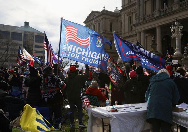 Apoiadores do presidente Donald Trump protestam contra o resultado das eleições nos EUA