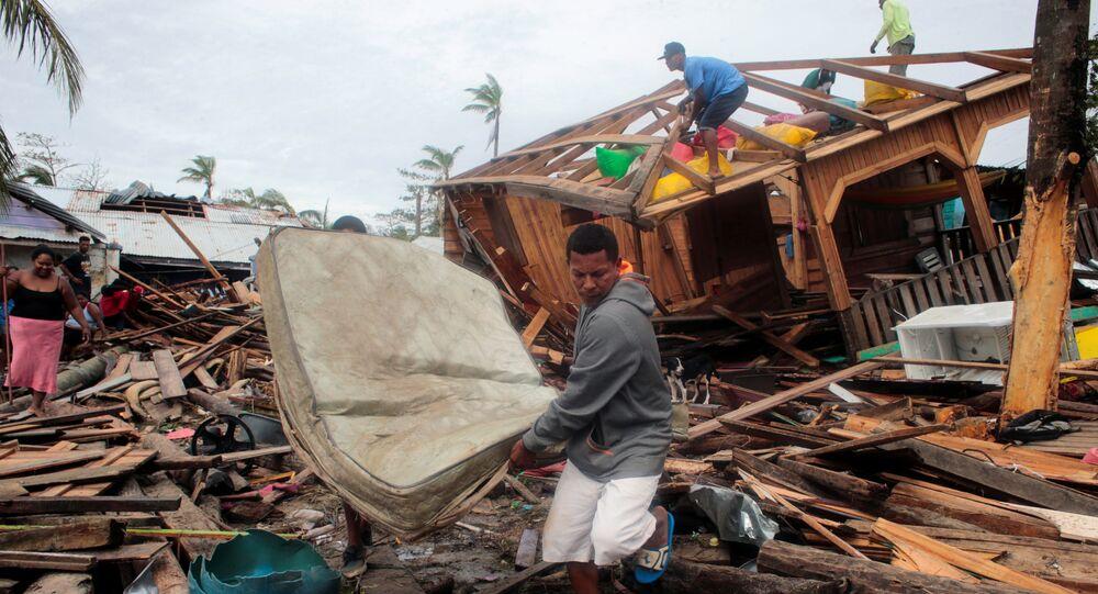 Morador recupera colchão após ter a casa destruída pela tempestade Iota em Puerto Cabezas, Nicarágua.