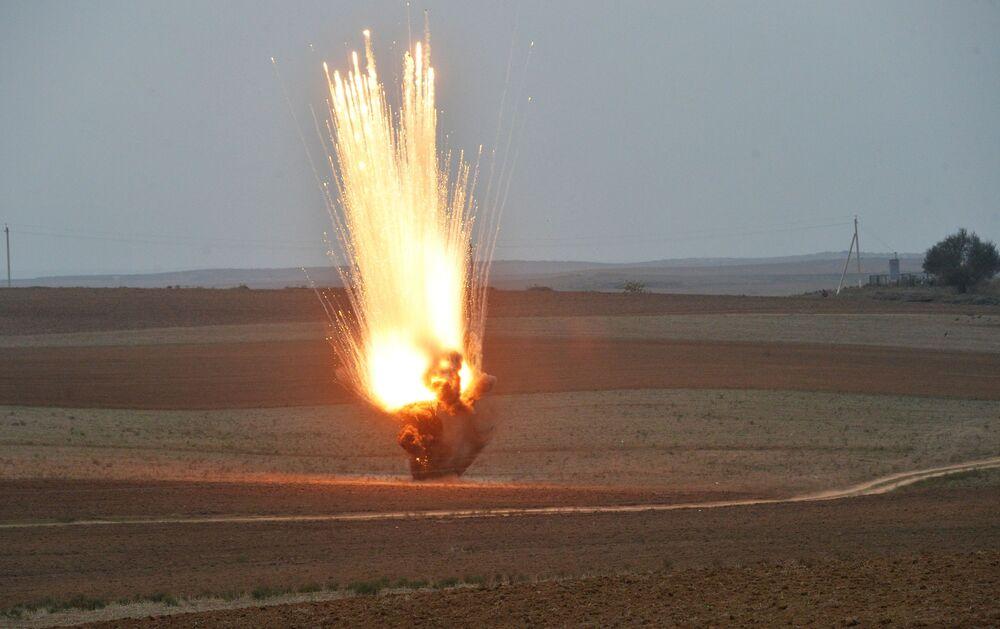 Destruição de munição de fósforo pelos funcionários da Agência Nacional de Desminagem de Territórios do Azerbaijão (ANAMA).