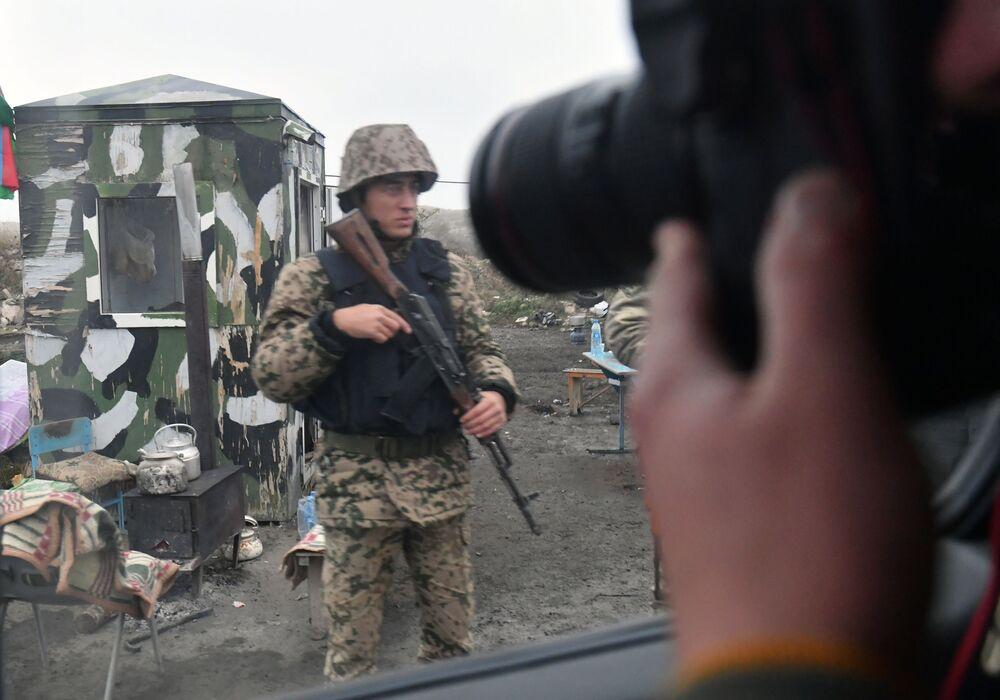 Militar no posto de controle no distrito de Fizuli, Azerbaijão.