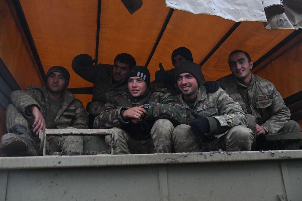 Soldados em caminhão no distrito de Fizuli, Azerbaijão.