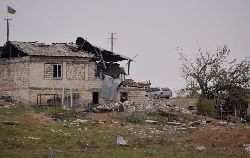 Casa destruída no distrito de Fizuli, Azerbaijão.