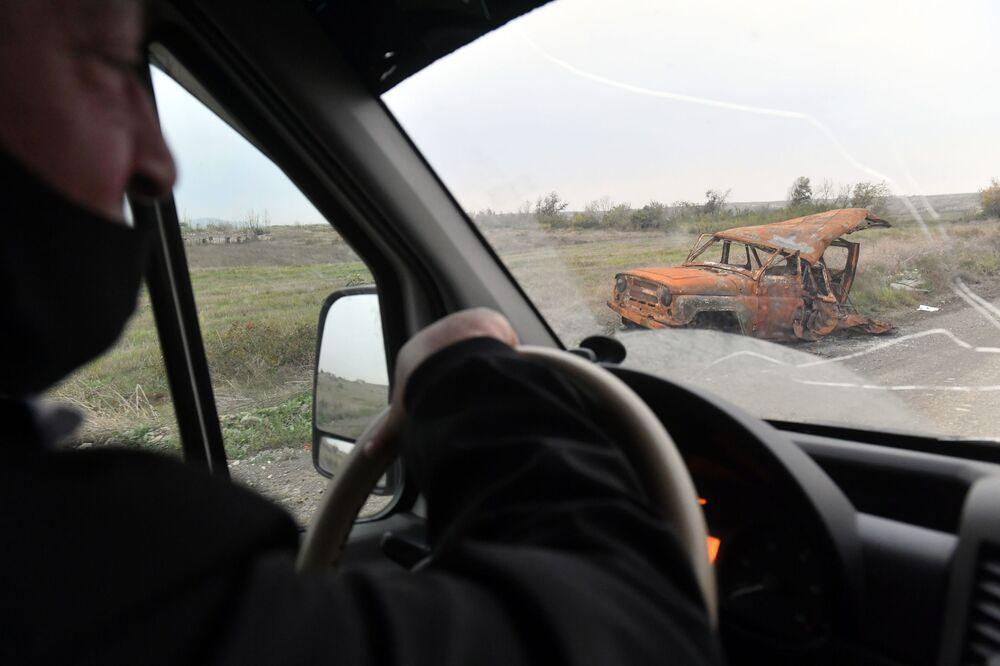 Carro destruído no distrito de Fizuli, Azerbaijão.