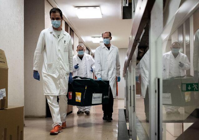 Hungria é o primeiro país da União Europeia a receber doses da Sputnik V. O ministro húngaro das Relações Exteriores comemorou a chegada da vacina russa no Facebook, nesta quinta-feira, 19 de novembro.