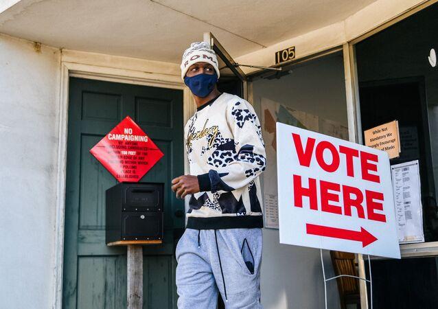 Cidadão vota na Geórgia, nos EUA, nas eleições presidenciais