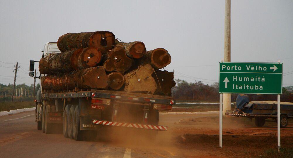 Caminhão com toras de madeira é visto na BR-230 em Humaitá (AM). Humaitá é uma das cidades do Amazonas que está em estado de emergência devido aos desmatamentos e queimadas