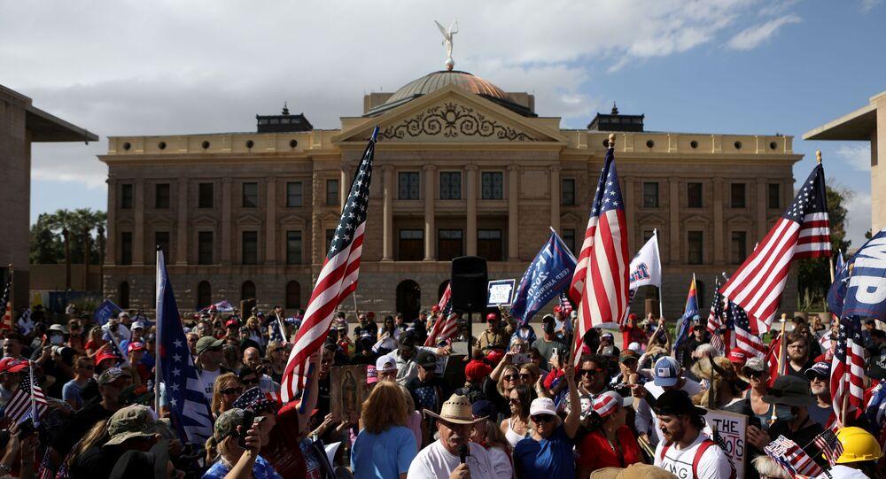 Apoiadores de Donald Trump, presidente dos EUA, reúnem-se em protesto após o democrata Joe Biden ser apontado como vencedor das eleições presidenciais norte-americanas de 2020, em frente ao Capitólio do estado do Arizona em Phoenix, EUA, 7 de novembro de 2020