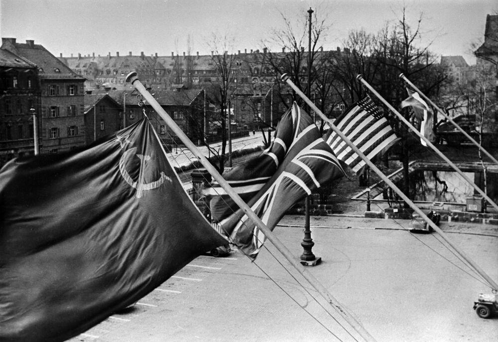 Bandeiras dos quatros países no edifício onde decorre a sessão do tribunal. Tribunal Militar Internacional na cidade alemã de Nuremberg foi estabelecido por iniciativa da URSS, EUA, Reino Unido e França