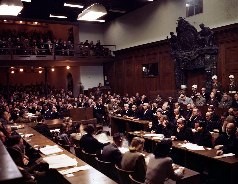 Julgamentos de Nuremberg, que às vezes são chamados de Julgamento da História, começaram em 20 de novembro de 1945 e duraram quase um ano, até 1º de outubro de 1946