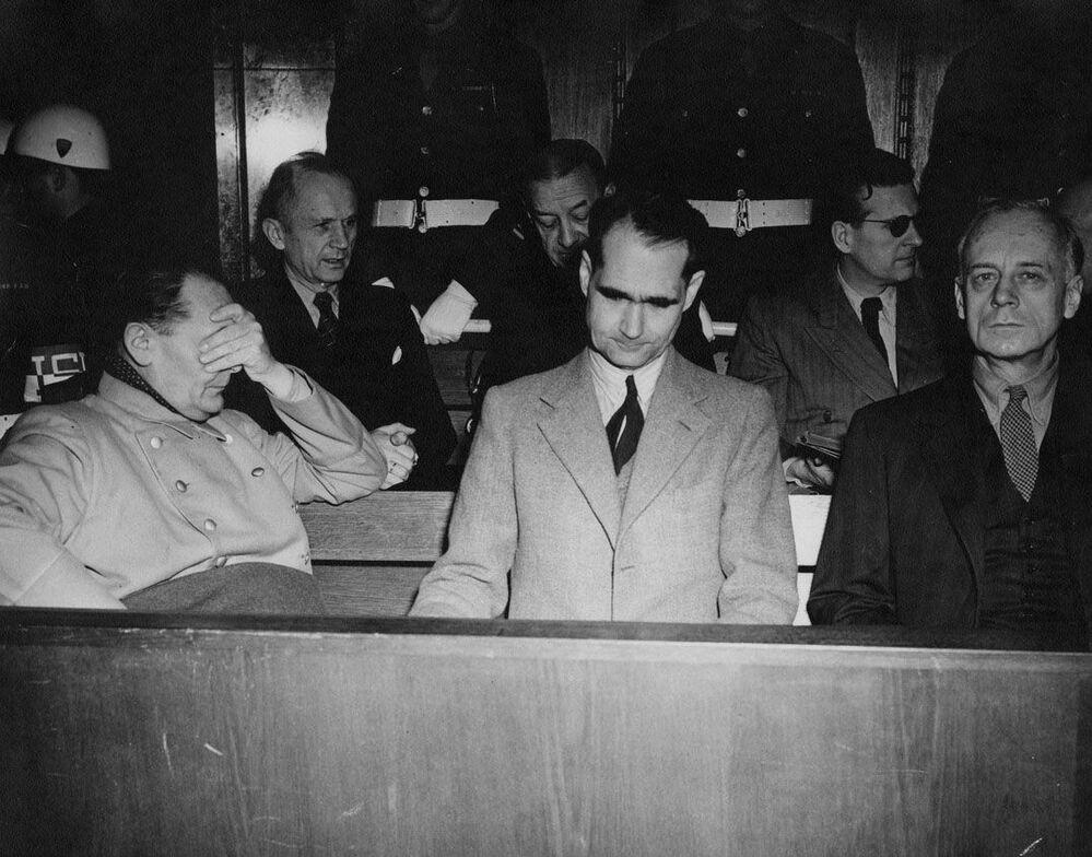Acusados durante julgamentos de Nuremberg por crimes militares. De esquerda para a direita: Hermann Goring, almirante Karl Donitz, almirante Erich Raeder, Rudolf Hess, Baldur von Schirach e Joachim von Ribbentrop