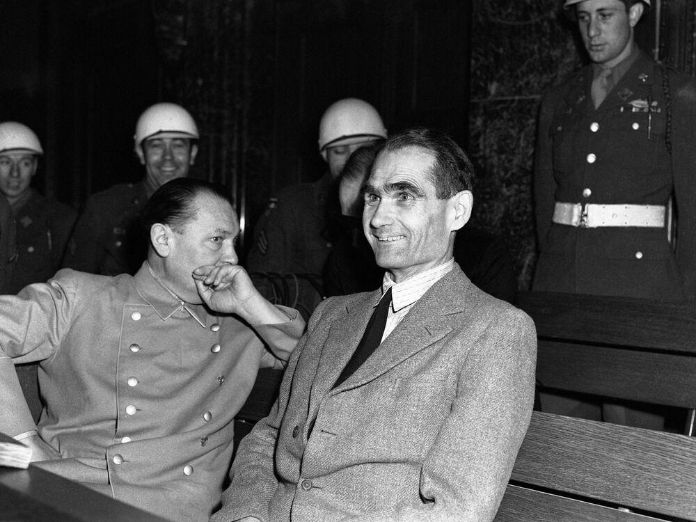 Rudolf Hess não conseguiu conter risada em uma das etapas do julgamento no Palácio da Justiça em Nuremberg em 30 de novembro de 1945. Hermann Goring olha para ele