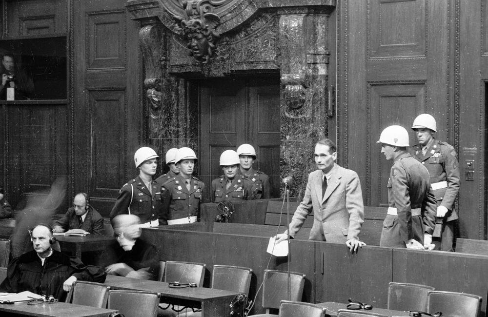 Acusado Rudolf Hess, assessor de Hitler na liderança do partido nazista, lê ao Tribunal sua declaração de que ele não simularia mais insanidade como tinha feito antes. Hess foi condenado a prisão perpétua. Mais tarde, a forças da direita na Alemanha exigiram por muitas vezes que fosse perdoado, mais as potências vencedoras recusaram reduzir a pena. Em 17 de agosto de 1987, Hess foi encontrado enforcado no território da prisão