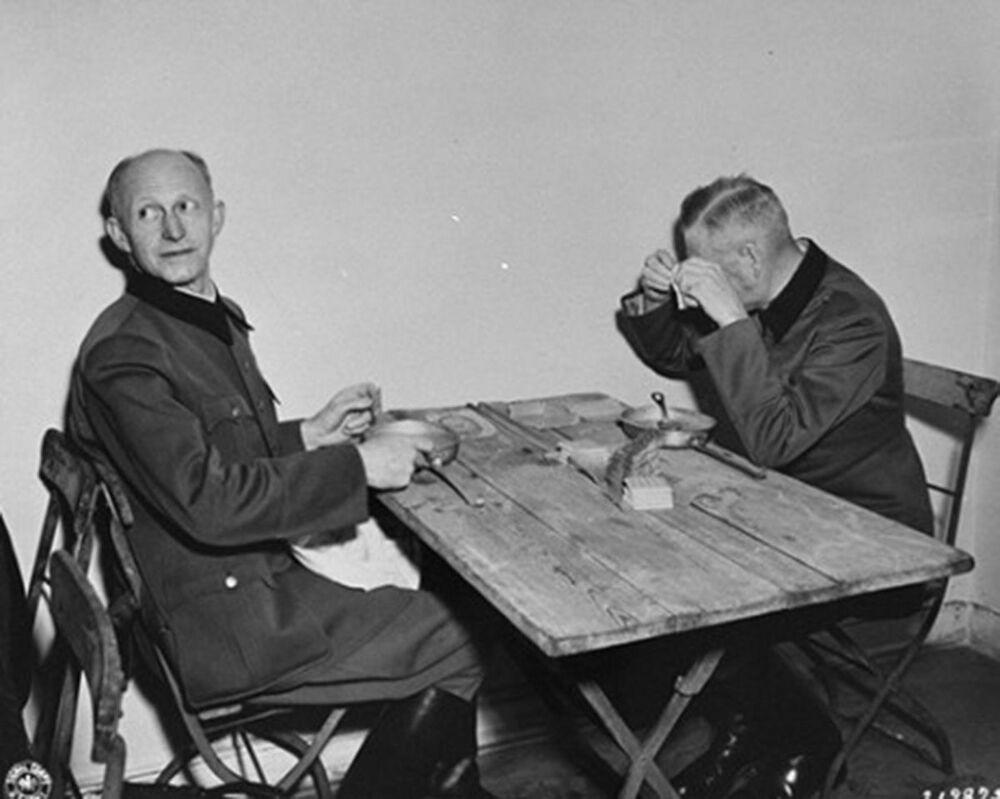 Generais Alfred Jodl e Wilhelm Keitel na cantina do tribunal