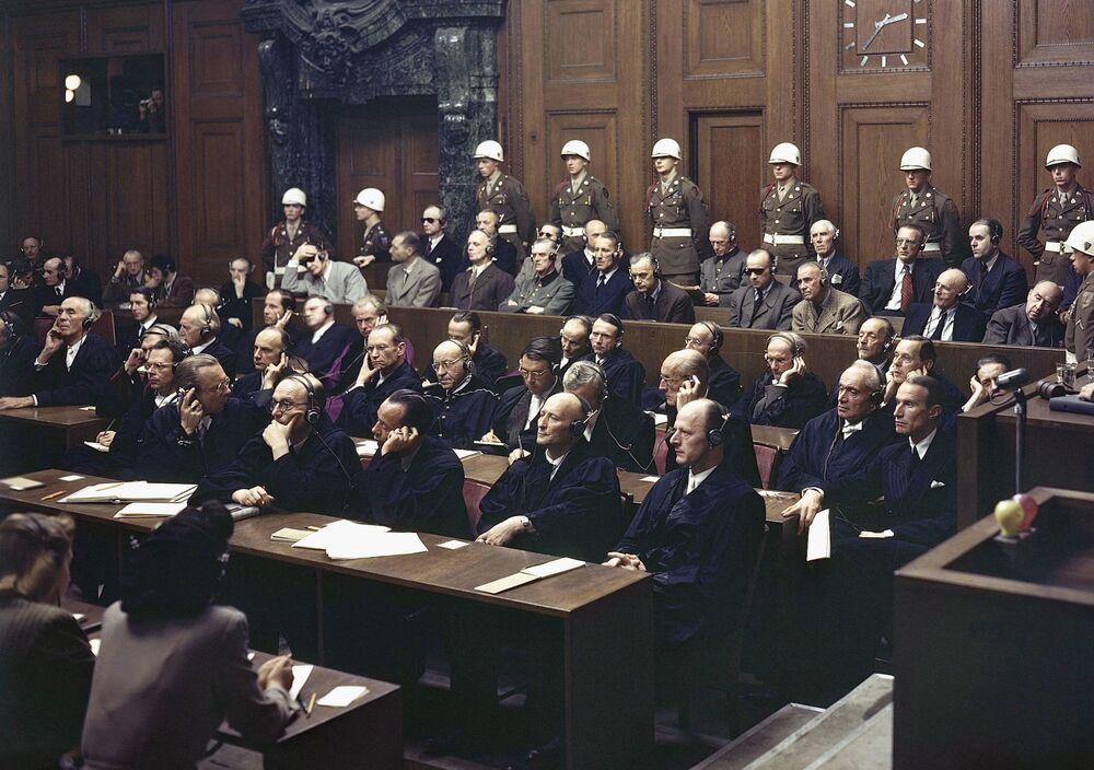 Em 30 de setembro de 1946 os acusados ouvem parte do veredicto no Palácio da Justiça durante os julgamentos de Nuremberg