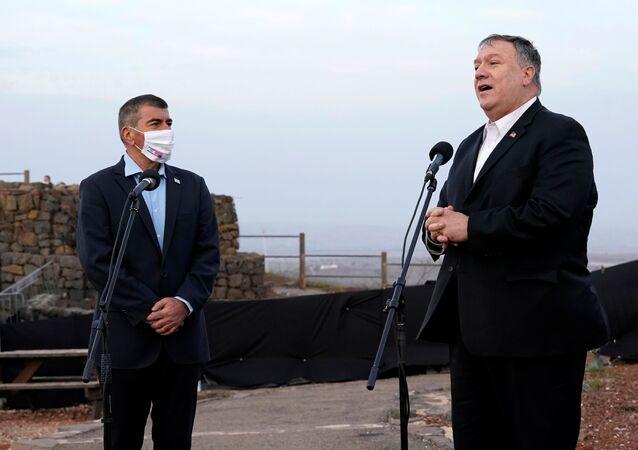 Mike Pompeo, ex-secretário de Estado dos EUA, fala ao lado de Gabi Ashkenazi, ministro das Relações Exteriores de Israel, nas Colinas de Golã, 19 de novembro de 2020
