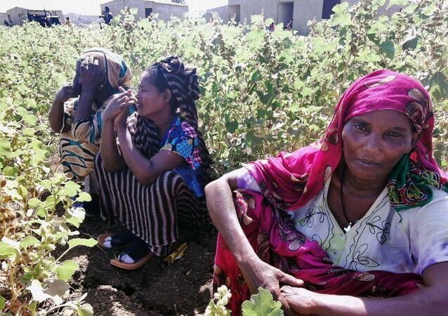 Mulheres etíopes, que fugiram dos combates em curso na região de Tigray, no campo de refugiados de al-Fashqa, na fronteira entre o Sudão e a Etiópia. Foto de 13 de novembro de 2020.