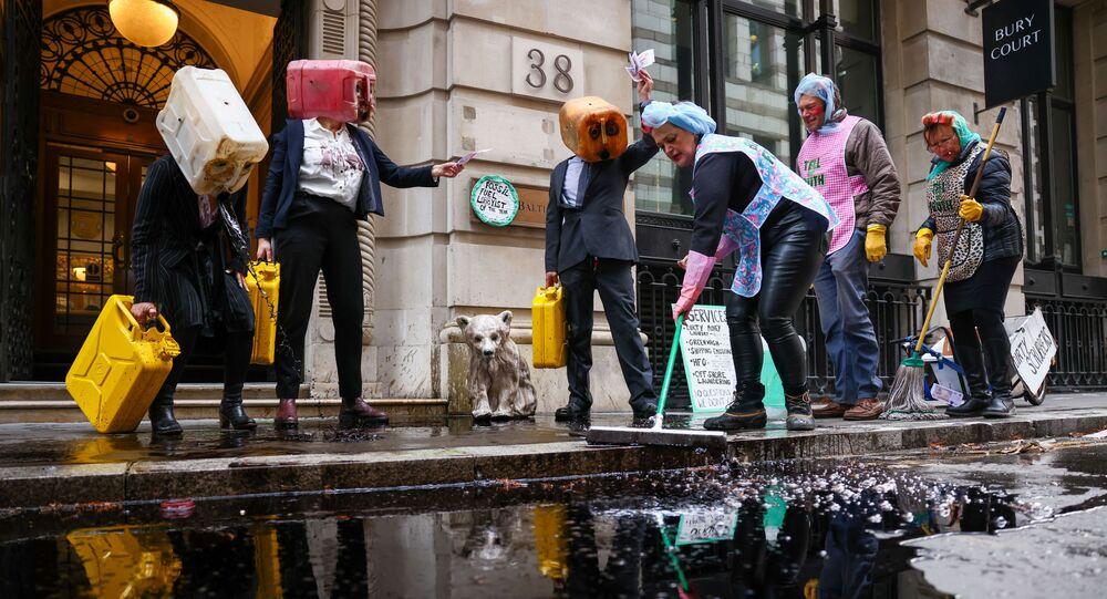 Ativistas do grupo de ação climática Ocean Rebellion realizam uma manifestação em Londres, Reino Unido, em 16 de novembro de 2020