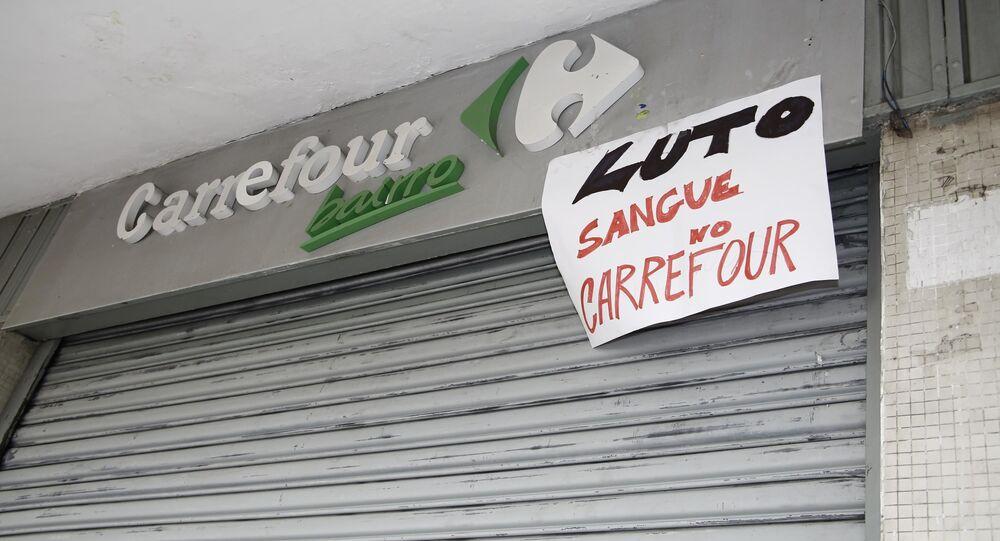 Manifestação na porta de mercado da rede Carrefour.