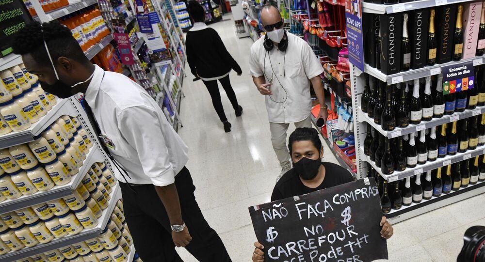 Manifestantes protestam diante do Carrefour em Brasília, contra o assassinato de João Alberto Silveira Freitas, um homem negro de 40 anos, que foi espancado até a morte por dois seguranças brancos numa loja da rede em Porto Alegre (RS).