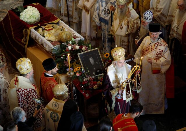 O patriarca Irinej, da Igreja Ortodoxa Sérvia, lidera o funeral do bispo Radovic em Podgorica, Montenegro