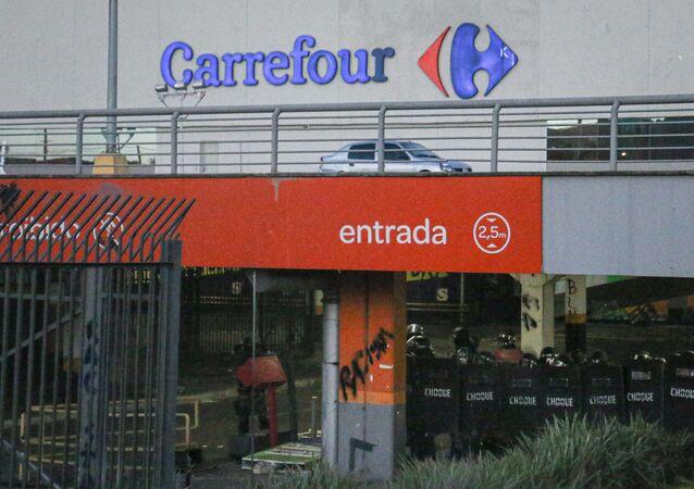 Supermercado da rede Carrefour onde João Alberto Silveira Freitas, homem negro de 40 anos, foi espancado até a morte por dois seguranças do local.