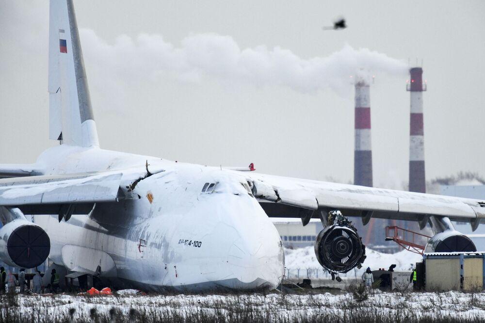 Avião de carga An-124 sai para fora da pista no aeroporto internacional de Tolmachevo, Novosibirsk