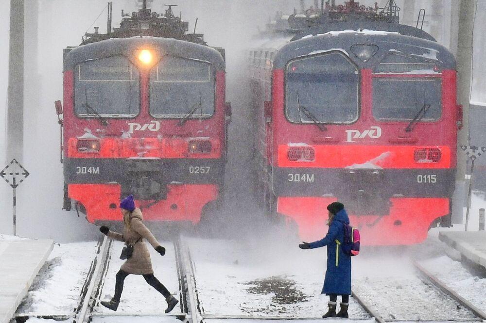 Trens elétricos em uma plataforma na cidade de Novossibirsk, Rússia