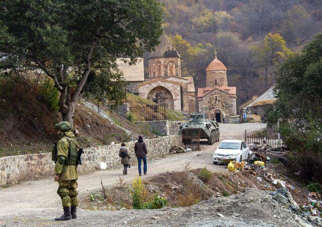 Soldado das forças de paz da Rússia perto do mosteiro Dadivank em Nagorno-Karabakh