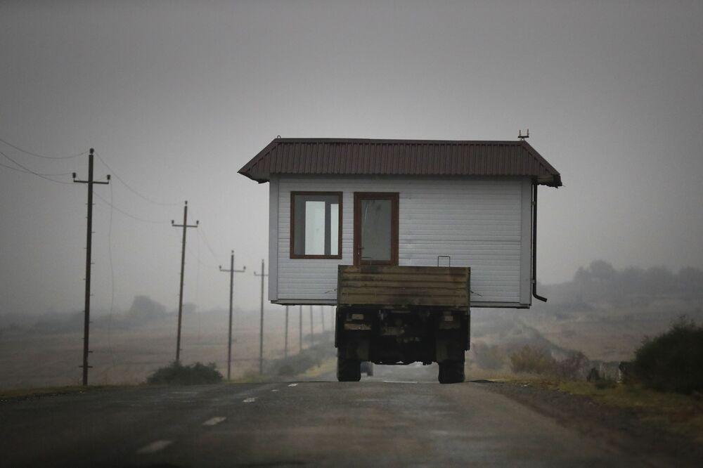 Uma família armênia transporta sua casa abandonando Nagorno-Karabakh