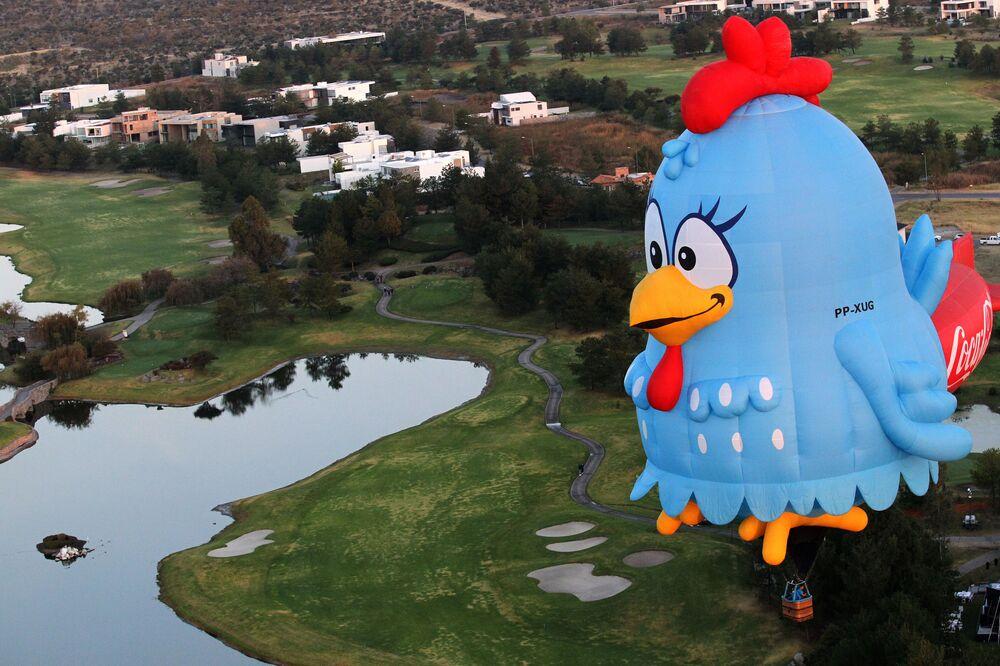 Balão de ar quente sobrevoa cidade de León, no México, no Festival Internacional de Balões