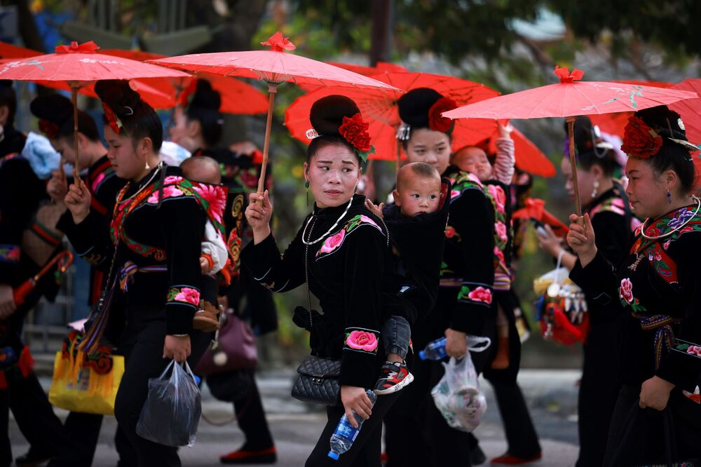 Mulheres da etnia miao em trajes tradicionais, na China